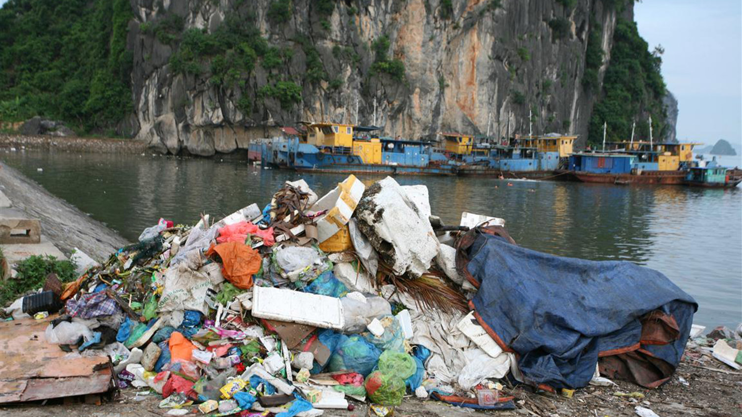 garbage in Ha Long Bay
