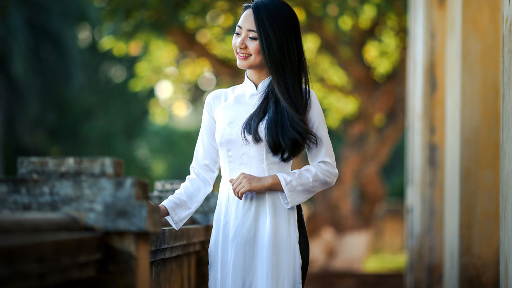 Beautiful Vietnamese girl wearing a ao ad